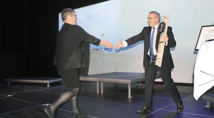 Varaordfører i Fjell, Tom Georg Indrevik, delte ut prisen til Årets Bedrift, Kystmuseet i Øygarden.